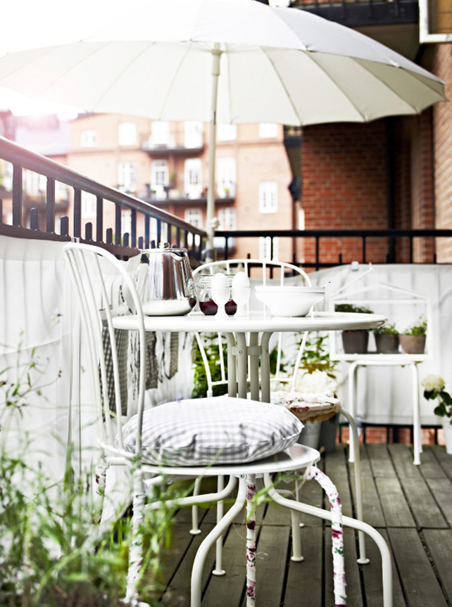 white-romantic-balcony-dinner